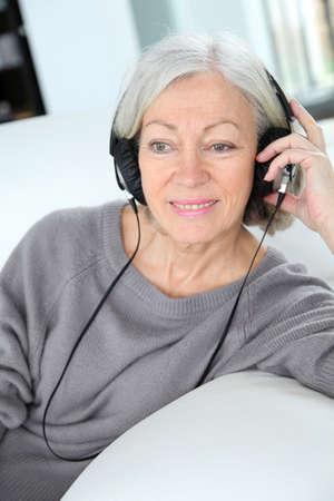 musica electronica: Mujer Senior escuchando m�sica con auriculares