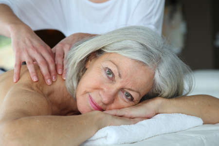 masajes relajacion: Mujer Senior teniendo un masaje