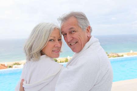 Portrait de heureux couple principal centre de spa