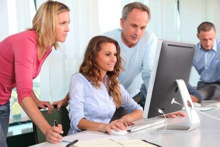 curso de capacitacion: Trabajadores de oficina en un curso de formaci�n Foto de archivo