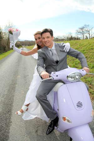 motorrad frau: Ehepaar Reiten Motorrad an ihrem Hochzeitstag