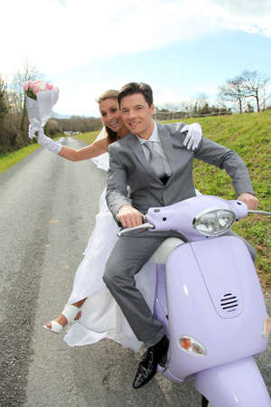 pareja de esposos: Pareja casada conducir motocicleta el d�a de su boda