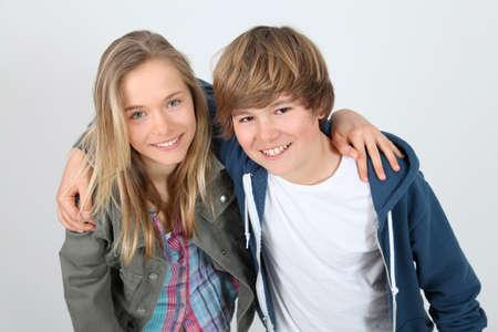 Portret van tieners die zich op witte achtergrond bevinden