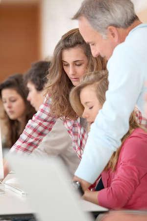 curso de capacitacion: Grupo de estudiantes que asisten a cursos de formaci�n en la escuela