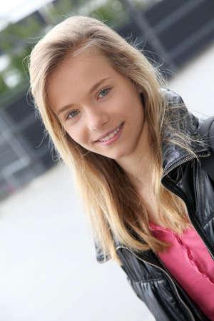 jeune fille adolescente: Gros plan d'une adolescente assise sur un banc d'école