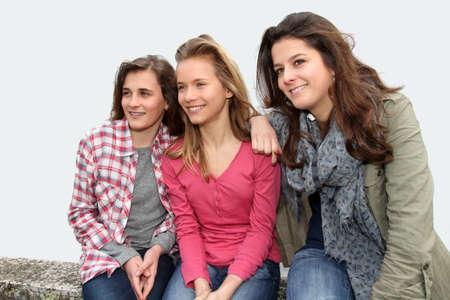 Gruppe von Teenagern auf Schule Bank sitzen