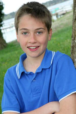 Gros plan d'un jeune garçon avec chemise bleue