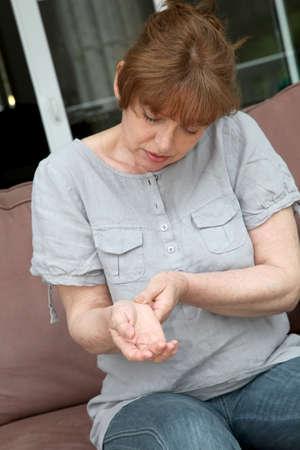 artrosis: Mujer senior con dolor de la osteoartritis