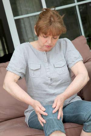 artrite: Senior donna con dolore osteoartrosi