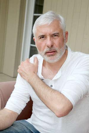 artritis: Hombre alto con el dolor de la osteoartritis