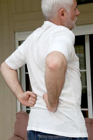 osteoarthritis: Detalle de hombre senior con dolor de espalda