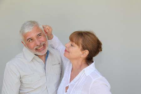 수석 여자가 남편의 귀에 당기는