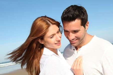 pareja de esposos: Feliz se cas� con la pareja en la playa