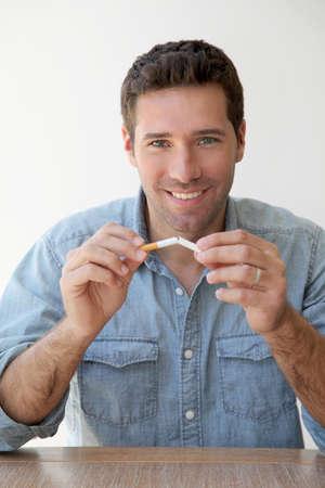 fumando: Retrato de hombre tratando de dejar de fumar