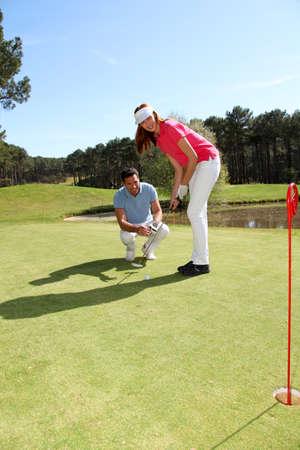 golfing: Vrouw leren hoe om te golfen