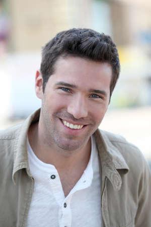 uomini belli: Ritratto di uomo bello sorridente