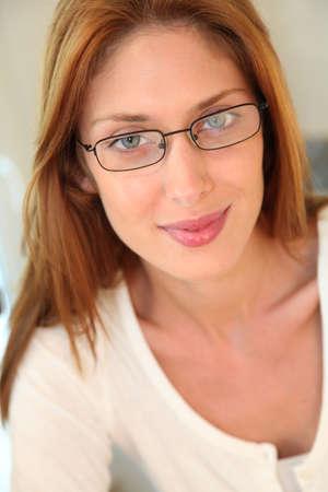 pelirrojas: Retrato de hermosa mujer con gafas Foto de archivo