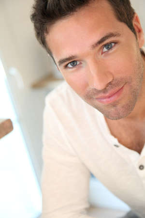 bel homme: Portrait d'un homme souriant beau