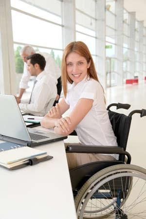 handicap people: Mujer con discapacidad en la Oficina Foto de archivo