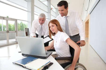Gehandicapte vrouw bijwonen van een vergadering in office