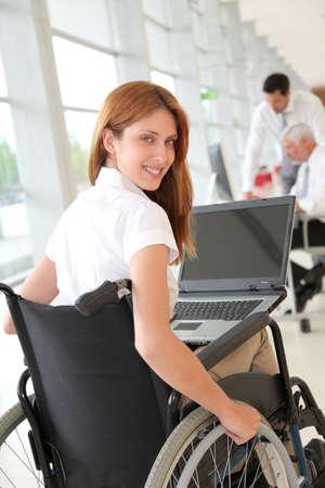 paraplegico: Empresaria en silla de ruedas en el trabajo