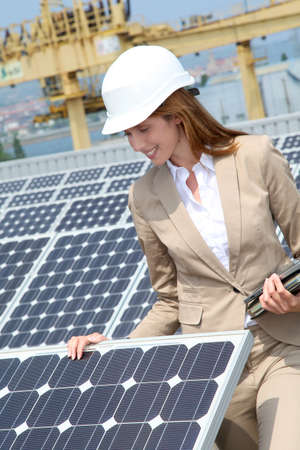 panneaux solaires: Woman engineer checking solar panels setup