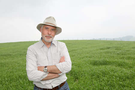 farmer's: Senior man with hat in farmland Stock Photo