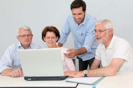Groep hogere mensen die de vergadering van het baanonderzoek bijwonen