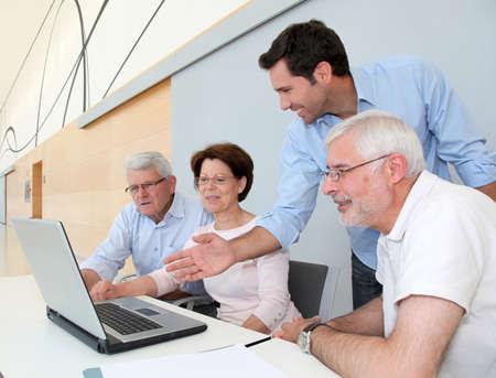 senior ordinateur: Groupe de hauts personnes assistant � la r�union de recherche emploi