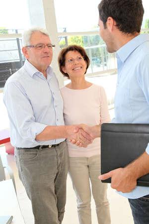 signing: Anziano, coppia, firma del contratto