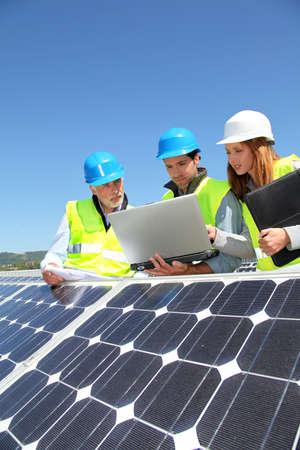 Grupo de ingenieros reunidos en la construcción de techo