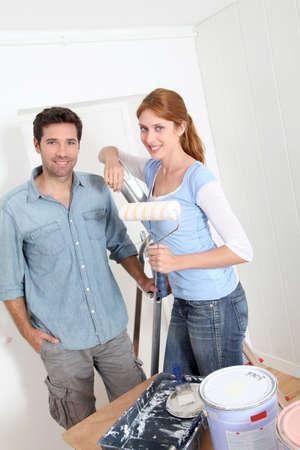 reforming: Apartamento nuevo de pintura de pareja Foto de archivo
