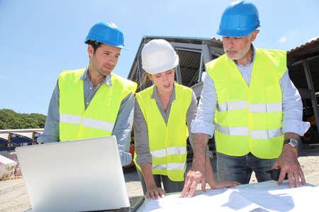 trabajadores: Industriales personas que trabajan en la construcci�n de sitio Foto de archivo