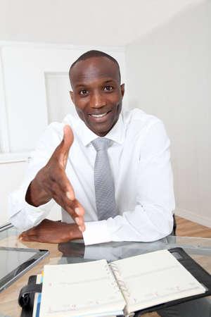 contrato de trabajo: Hombre de negocios en la Oficina para una entrevista