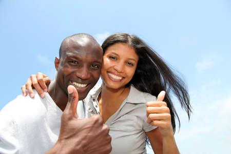 parejas enamoradas: Pareja alegre mostrando pulgares Foto de archivo