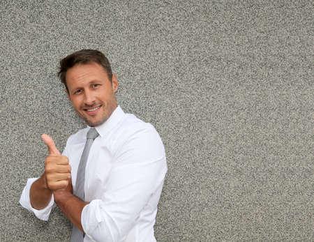 actitud positiva: Hombre de negocios con actitud positiva