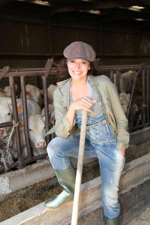 Retrato de agricultor sonriente en el granero Foto de archivo - 9911227