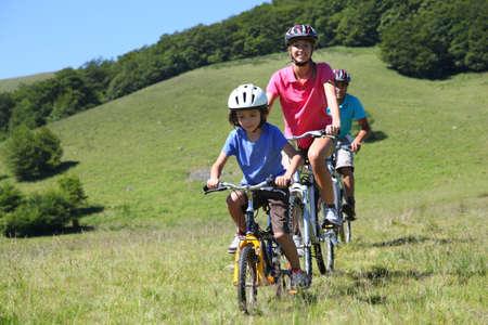 ni�os en bicicleta: Paseo en familia en una bicicleta de monta�a en verano