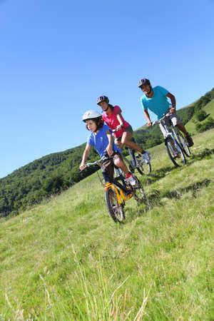 campi�a: Paseo en familia en una bicicleta de monta�a en verano