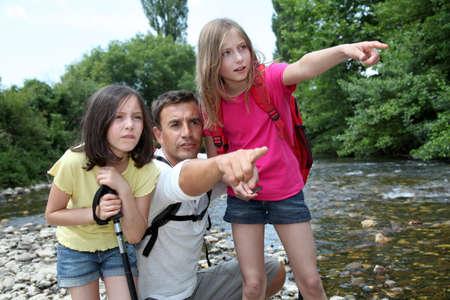 두서없는: Father walking in river with kids