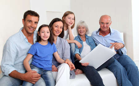 group picture: 3-generaci�n familia mirando el �lbum de fotos