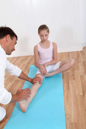 física: Fisioterapeuta con el joven