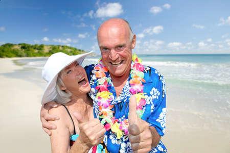 loteria: Feliz pareja de alto nivel en la playa tropical