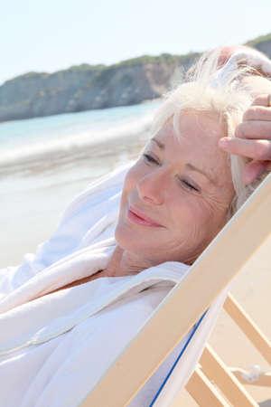 bathrobes: Retrato de mujer alta relajante en longchair