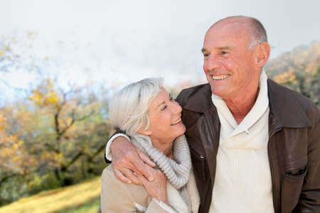 tercera edad: Detalle de pareja senior en campo