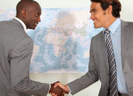 negocios internacionales: Los socios de negocios apret?e manos