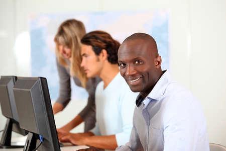 ordinateur de bureau: Les employ�s de bureau en face de l'ordinateur de bureau Banque d'images