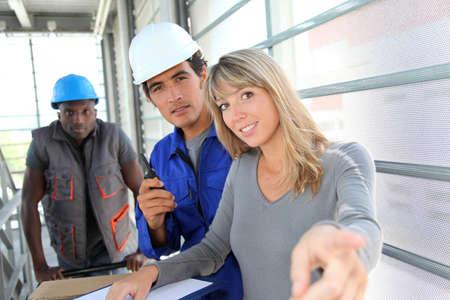 fabrikarbeiter: Manager mit Lageristen Controlling Warenlieferung