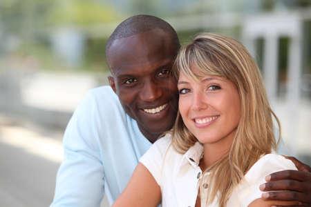 couple mixte: Portrait d'un couple mixte heureux Banque d'images