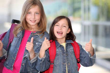 ni�os rubios: Alegre escolares de primaria que se remonta a la escuela
